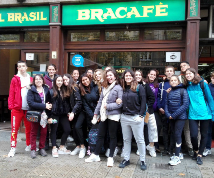 Alumnes de primer de Batxillerat de l'Institut Fort Pius de Barcelona a les instal·lacions de Bracafé del carrer Comte d'Urgell.